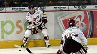 Útočník hokejové Sparty Petr Ton přihrává spoluhráči.