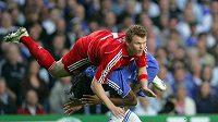 Didier Drogba (v modrém) z Chelsea v souboji s liverpoolským Riisem v semifinále Ligy mistrů.