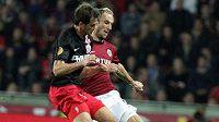 Sparťan Roman Hubník v souboji s Lazovičem z PSV Eindhoven