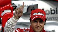 Vítěz kvalifikace na VC Španělska Felipe Massa z Brazílie, pilot monopostu Ferrari.