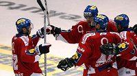 Hokejisté Česka se radují z vítězství nad východními sousedy.