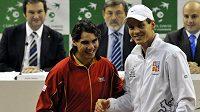 Český tenista Tomáš Berdych (vpravo) a Rafael Nadal ze Španělska po losování finále Davisova poháru