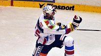 Hokejista Pardubic Adam Pineault oslavuje svůj gól v utkání proti Zlínu.