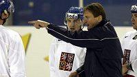 Trenér Alois Hadamczik hovoří s kapitánem Davidem Výborným na tréninku v Moskvě.