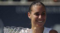 Italská tenista Flavia Pennettaová s trofejí pro vítězku turnaje v Los Angeles