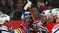 Hráči Pardubic (zleva) Dušan Andrašovský, Martin Čech, Tomáš Linhart, Libor Pivko se radují z gólu v první třetině čtvrtého utkání finále play off hokejové extraligy.