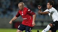 Fotbalistu Lille Róberta Vitteka (vlevo) napadá Jordi Alba z Valencie.