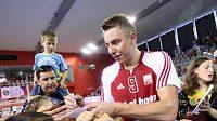 Házenkář Filip Jícha se podepisuje fanouškům po utkání proti Lotyšsku.