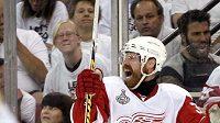 Hokejista Detroitu Kris Draper oslavuje svůj gól v šestém finále NHL v Pittsburghu.