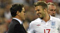 Trenér anglických fotbalistů Fabio Capello se baví se záložníkem Davidem Beckhamem.