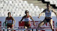 Zuzana Hejnová (vpravo) spěchá pro suverénní vítězství v rozběhu závodu na 400 metrů překážek na ME v Barceloně.