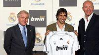 Kapitán Realu Madrid Raúl González, prezident klubu Ramón Calderón (vlevo) a spoluředitel bwin Manfred Bodner