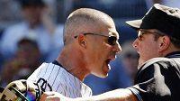 Baseballový rozhodčí Marty Foster se dohaduje s trenérem New Yorku Yankees Joe Girardim.