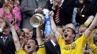 Kapitán Chelsea John Terry (vlevo) se záložníkem Frankem Lampardem slaví loňské vítězství v FA Cupu - ilustrační foto.