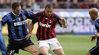 Útočník AC Ronaldo (uprostřed) je v milánském derby atakován hráči Interu - ilustrační foto