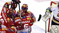 Radost hokejistů Slavie během předkola play-off s Litvínovem.