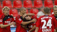 Šťastní fotbalisté Leverkusenu oslavují gól Manuela Friedricha (třetí zprava)