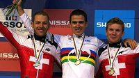 Francouzský biker Julien Absalon (uprostřed) se raduje ze čtvrtého triumfu v cross country MS.