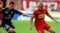 Fotbalista Slovácka Ondřej Smetana (vlevo) v souboji s Eltonem Lirou z Brna