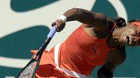 Venus Williamsová při servisu.