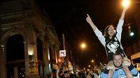 Fanoušci Penguins slaví triumf svých oblíbenců v ulicích Pittsburghu.