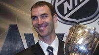 Zdeno Chára s Norris Trophy pro nejlepšího obránce NHL.
