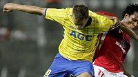 Teplický fotbalista Jakub Mareš (ve žlutém) v souboji se Samuelem Jeboahem z Hapoelu Tel Aviv