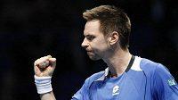 Gesto švédského tenisty Robina Söderlinga při utkání Turnaje mistrů s Novakem Djokovičem.