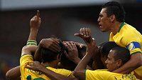 Fotbalisté Brazílie oslavují gól v utkání Poháru FIFA proti USA.