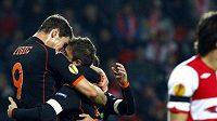 Hráči Valencie oslavují branku.