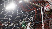 Ivica Olič z Bayernu Mnichov skóruje do sítě Maccabi Haifa.