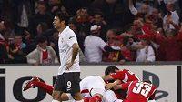 Fotbalisté Lutychu slaví za procházejícím Eduardem gól v síti Arsenalu