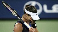 Srbská tenistka Ana Ivanovičová smutní při utkání proti Kateryně Bondarenkové.