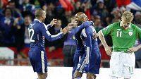 Francouzští fotbalisté se radují, Irové jsou zklamaní.