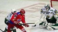 Hokejista Českých Budějovic Tomáš Kůrka před brankářem Karlových Varů Lukášem Mensatorem