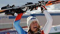 Švýcarská lyžařka Franzi Aufdenblattenová oslavuje vítězství ve Val d'Isere.
