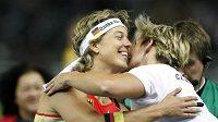 Barbora Špotáková (vpravo) gratuluje vítězné Němce Steffi Neriusové.