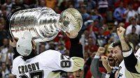 Kapitán Pittsburghu Sidney Crosby líbá Stanley Cup.