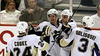 Hokejisté Pittsburghu oslavují gól Tylera Kennedyho (druhý zleva) v utkání v Ottawě.
