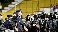 Rumunští policisté dohlížejí na rozzuřené fanoušky domácího Dinama Bukurešť v utkání Evropské ligy proti Liberci, zápas byl v 88. minutě z bezpečnostních důvodů přerušen.