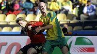 Španělský útočník Fernando Torres (vlevo) bojuje o míč s jihoafrickým fotbalistou Matthewem Boothem. Ilustrační foto.