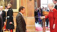 Britská královna Alžběta II. pasuje golfistu Nicka Falda do šlechtického stavu.