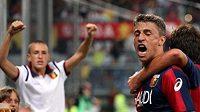 Argentinský fotbalista Hernán Crespo oslavuje se spoluhráčem z FC Janov gól proti Neapoli.