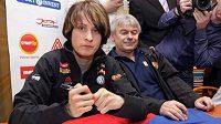 Rychlobruslařka Martina Sáblíková (vlevo) se podepisuje svým fanouškům. Vedle ní sedí její trenér Petr Novák.