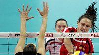 Německá volejbalistka Christiane Furstová smečuje přes blok Anny Kallistové.