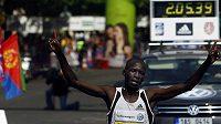 Keňský běžec Eliud Kiptanui v cíli Pražského maratónu.
