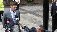 Steven Gerrard odpovídá novinářům u soudu v Liverpoolu