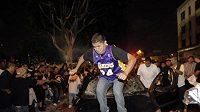 Fanoušek Lakers demoluje automobil v ulicích Los Angeles.