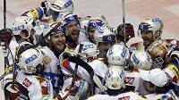 Hokejisté Pardubic oslavují druhou výhru nad Vítkovicemi ve finále Play off.