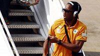Útočník fotbalistů Pobřeží SLonoviny Didier Drogba vystupuje na letišti v Blantyru.